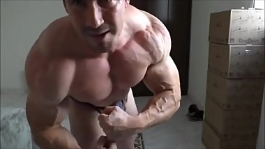Muscle Daddy with extreme massive muscle!
