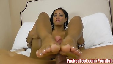 Busty Maxine X Gives Soft Toe'd Footjob for Fucked Feet
